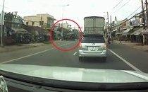 Xa lộ - Clip: Khoảnh khắc xe tải lật giữa đường đè chết người bán vé số dạo