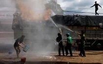 Mới- nóng - Clip: Xe tải bốc cháy trên phố, hàng chục người dân lao vào dập lửa