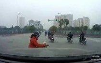 Xa lộ - Clip: Nghe điện thoại còn vượt đèn đỏ, cô gái bị ô tô tông trúng