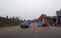 Mới- nóng - Clip: Người phụ nữ thoát chết khó tin sau cú tông của xe tải