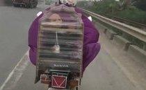 Xa lộ - Xôn xao clip người phụ nữ cho bé trai vào lồng chim để tránh rét?