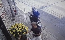 Mới- nóng - Clip: Người đàn ông bị cướp giật túi xách ngay trước cửa nhà