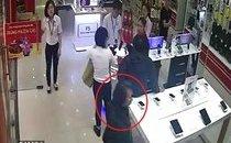 Mới- nóng - Clip: Nữ quái vờ hỏi thủ tục trả góp rồi trộm iPhone nhanh như chớp