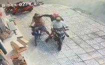 Mới- nóng - Clip: Người phụ nữ nhanh tay giữ lại sợi dây chuyền sau 2 lần bị cướp