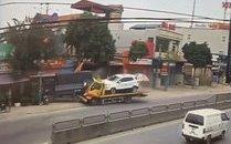 Mới- nóng - Clip: Xe cứu hộ tông thẳng vào xe tải rồi lao vào nhà dân