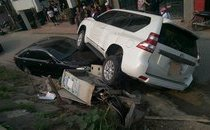 Mới- nóng - Clip: Land Cruiser mất lái, đè nát đầu xe Camry đang đỗ bên đường