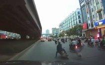 Xa lộ - Clip: Sang đường bất cẩn, nam thanh niên bị xe máy đốn ngã