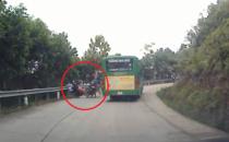 Xa lộ - Clip: Vượt xe buýt không quan sát, 3 người may mắn thoát chết