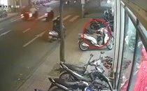 Mới- nóng - Clip: Người phụ nữ chở trẻ nhỏ đi trộm đồ của khách treo trên xe