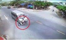 Xa lộ - Clip: Qua đường bất cẩn, người phụ nữ bị ô tô tông giữa giao lộ