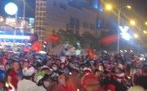 Tin nhanh - U.23 Việt Nam vào bán kết: Biển người đổ ra đường ăn mừng.