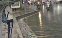 Xã hội - Chùm ảnh: Người Hà Nội co ro trong mưa rét đầu mùa