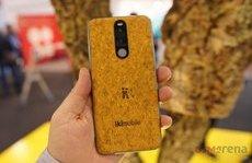 Sản phẩm - Độc đáo điện thoại có vỏ làm bằng nút chai, bền tới 50 năm