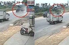 Video - Clip: Xe tải mất lái, quay 90 độ rồi lao lên đường tàu