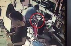 Video - Clip: Lật tẩy thủ đoạn trộm hai iPhone cực nhanh trong quán photo