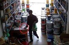 An ninh - Hình sự - Clip: Camera vạch mặt người đàn ông vờ mua đồ rồi trộm điện thoại