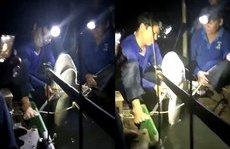 Mới- nóng - Clip: Cận cảnh cá mập 29kg được ngư dân bắt được trên sông Hậu