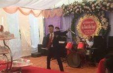 Giải trí - Clip: Chú rể hóa Lý Tiểu Long trổ tài múa côn nhị khúc trong đám cưới