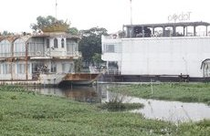 Môi trường - Cận cảnh 'bãi sắt vụn nổi' nhà thuyền ở Hồ Tây