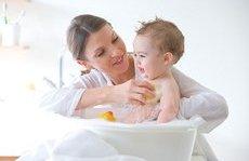 Các bệnh - Phải làm sao khi trẻ sơ sinh bị khô da vào mùa đông?