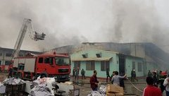 Tin nhanh - Vĩnh Phúc: Huy động hơn 10 xe chữa cháy dập lửa tại công ty may Hàn Quốc