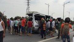 Tin nhanh - Xe tải đâm xe khách, 2 người tử vong, nhiều người bị thương