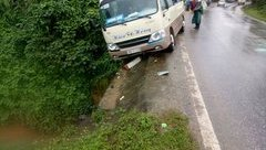 Tin nhanh - Cận cảnh bánh xe ô tô dừng sát vực sau cú phanh của tài xế