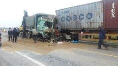 Tin nhanh - Xe tải đấu đầu, người dân phá cửa cứu 2 tài xế ra ngoài