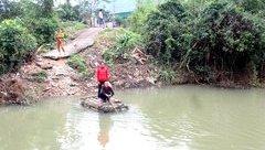Xã hội - Dân liều mình kết bè chuối, đánh đu mạng sống qua sông