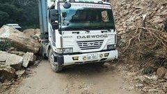 Tin nhanh - Xe tải bị đá chèn, hàng trăm phương tiện tiếp tục mắc kẹt trên QL8A