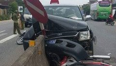 Tin nhanh - Hà Tĩnh: Ô tô biển xanh tông xe máy, 2 người nguy kịch