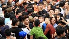 Mới- nóng - Clip: Hỗn loạn tại lễ hội giằng bông Sơn Đồng, huyện Hoài Đức