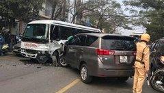 Tin nhanh - Hai ô tô cùng công ty bị hư hỏng nặng sau cú đối đầu