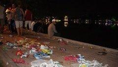 Điểm nóng - Hẹn hò bên rác sau đêm giao thừa ở Hồ Gươm