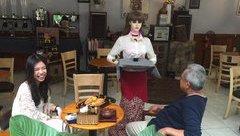 Tiêu dùng & Dư luận - TP.HCM: Phát sốt với 'cô gái robot' phục vụ tại nhà hàng, quán cà phê