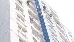 """Tin nhanh - """"Người nhện"""" sửa chữa chung cư Carina Plaza sau vụ cháy kinh hoàng"""