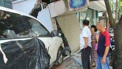 Chính trị - Xã hội - Vụ 'taxi húc đổ tường bị đòi 200 triệu': Chủ nhà lên tiếng