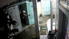 Video - Clip: Trộm 'cuỗm' xe máy xong còn 'lịch sự' đóng cửa giúp chủ nhà