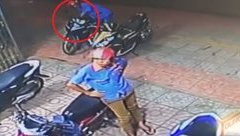 Video - Clip: 2 thanh niên táo tợn dàn cảnh, trộm xe trước cửa hiệu thuốc