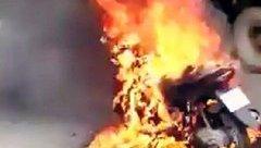 Video - Clip: Xe máy bất ngờ bốc cháy dữ dội khi đang lưu thông trên đường