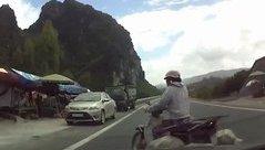 Video - Clip: Tài xế ô tô phản xạ cực nhanh, tránh tai nạn trong gang tấc