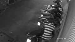 Video - Clip: Nam thanh niên thản nhiên bẻ khóa trộm xe máy ngay giữa phố