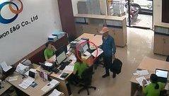 Video - Clip: Vờ tiếp thị, thanh niên trộm điện thoại trước mặt nhân viên