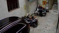 Hình sự - Clip: Người đàn ông bẻ khóa trộm xe trong 2 giây giữa phố Hà Nội