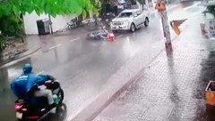 Xa lộ - Clip: Tạt đầu ô tô, người đàn ông bị tông văng xuống đường