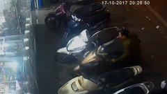 Hình sự - Clip: Lật tẩy thủ đoạn giả làm bảo vệ rồi trộm xe máy của khách
