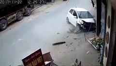 Xa lộ - Clip: Nữ tài xế đạp nhầm chân ga, ô tô lao thẳng vào quán ven đường