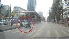 Xa lộ - Clip: Xe máy vượt đèn đỏ, tông trúng học sinh đang sang đường