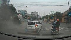 Mới- nóng - Clip: Ôtô tông hàng loạt xe dừng chờ đèn đỏ rồi lộn vòng trên đường