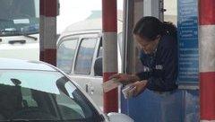 Mới- nóng - Clip: Xuất hiện cảnh tài xế dùng tiền lẻ mua vé qua BOT QL5